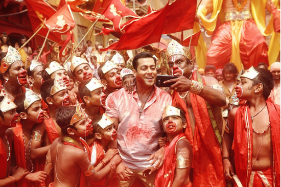 Bajrangi bhaijaan stills selfie le le song